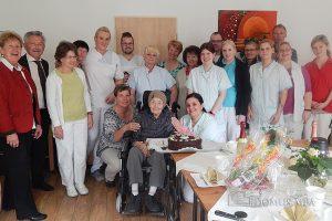 Tittmoning - Maria Raita freute sich über viele Gratulanten zu ihrem 100. Geburtstag, den sie im Tittmoninger Seniorenzentrum feierte ...