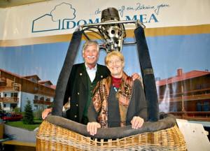 Wolfgang Huck und Brigitte Lobisch im Ballonkorb auf dem Domus-Mea-Messestand