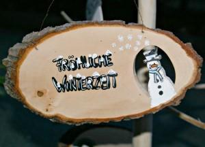 Weihnachtliches Holzschild mit Schneemann