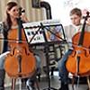 Enkel mit Cello in der Tagespflege Bad Reichenhall