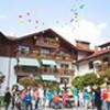 Wacker-Azubis und Senioren lassen Wunschballons steigen