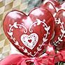 Ein Tisch voller Blumen zum Valentinstag