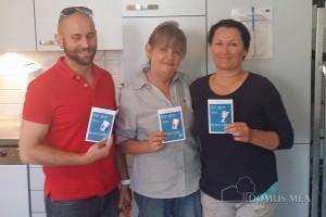 Einrichtungsleiter Mario Majer überreichte seinen Mitarbeitern in der Tagespflege Bad Reichenhall die Salzkarten.