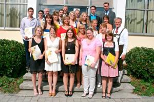 Gruppenfoto der erfolgreichen Absolventen mit Staatsurkunden
