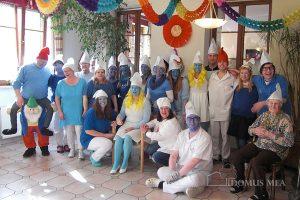 Motto Schlumpfenland: buntes Faschingstreiben im Pflegeheim Erharting