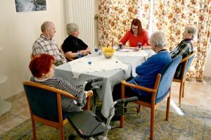 Das Betreuungsteam hatte sich aufgeteilt und wanderte von Tisch zu Tisch, um Geschichten der Gebr. Grimm vorzulesen.