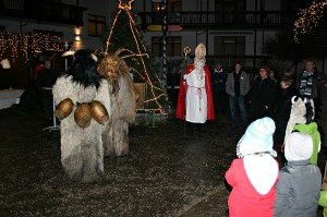 Der Nikolaus besucht mit den Kramperl den Christkindlmarkt Bayerisch Gmain