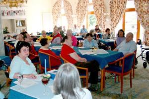 Viele Besucher sind im Blaue Salon in Bayerisch Gmain