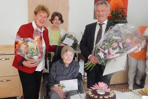 Maria Raita freute sich über viele Gratulanten zu ihrem 100. Geburtstag.