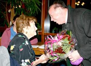 Landrat Georg Grabner besucht Draga Matković im Seniorenzentrum.