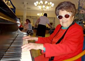 Draga Matković mit 105 Jahren am Konzertflügel im Seniorenzentrum Bayerisch Gmain