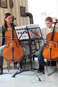 Enkelkind David mit Musiklehrerin Monika Gigger beim Cellospiel