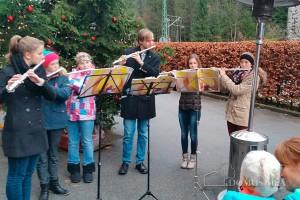 Weihnachtsmarkt Hallthurm: die Querflöten-Schülerinnen der Musikschule Berchtesgaden beim ihrem Auftritt.