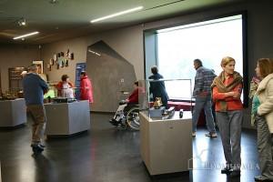 Senioren des Seniorenzentrum Bayerisch Gmain zwischen den Spielzeugraritäten im Hans-Peter Porsch Spielzeugmuseum